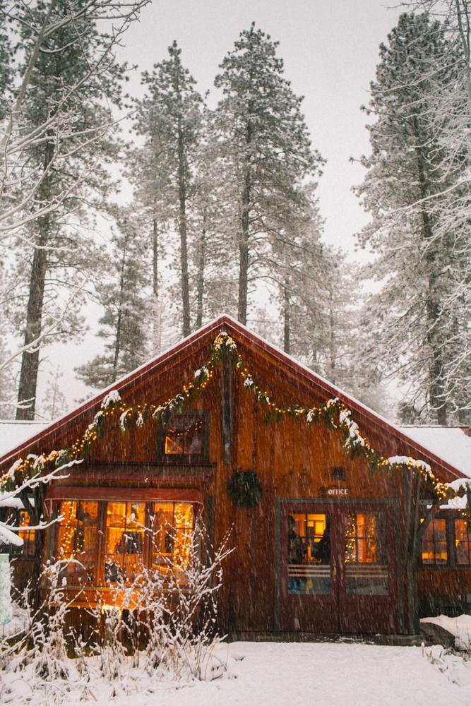 Sleeping Lady Mountain resort in Leavenworth Washington cabin while it is snowing